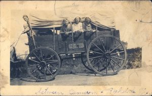 covered-wagon-moving-west